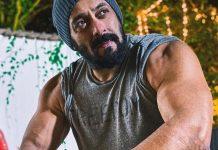 Salman Khan was seen showing his 'dole'