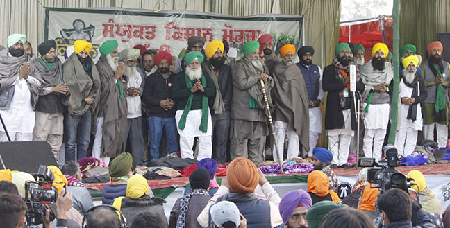 NEW DELHI | Farmer leaders sitting on a day-long hunger strike have ended their hunger strike against three new agricultural laws passed by the central government. He ended his fast after Guru Nanak Dev's Ardas.