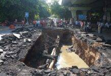 New Delhi: The rain hollowed out the roads, the ditch formed by the road collapse under the IIT flyover